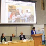Zdjęcie ilustracyjne przedstawiające prezentację Danuty Sowińskiej, zastępcy dyrektora Szkoły Podstawowej nr 10 im. Księżnej Aleksandry Ogińskiej w Siedlcach